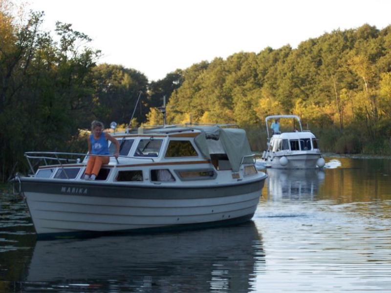 Motorboot Saga 27 und Hausboot Voyager 780 nach einer Probefahrt unterwegs Richtung Hafen in Mirow.